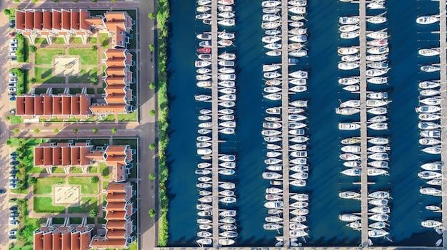 Luchtfoto drone weergave van typische moderne nederlandse huizen en jachthaven in de haven van boven, architectuur van de haven van volendam stad, noord-holland, nederland Premium Foto