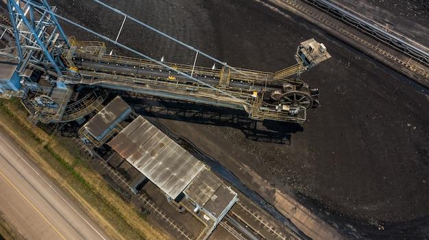 Luchtfoto graaf wiel graafmachines in een bruinkool mijne. Premium Foto