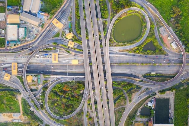 Luchtfoto hierboven van drukke snelweg road junctions op dag. het kruisende viaduct van de snelweg. Premium Foto