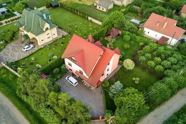 Luchtfoto landschap van kleine stad of dorp met rijen woonhuizen en groene bomen. Premium Foto