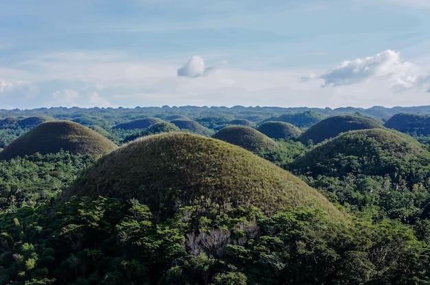 Luchtfoto mooi landschap van chocolate hills in cebu filippijnen onder een blauwe hemel Gratis Foto