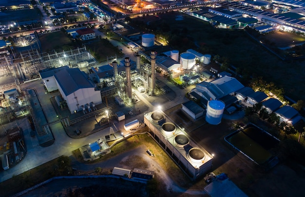 Luchtfoto nacht lichte olie-terminal is industriële faciliteit voor de opslag van olie en petrochemische. Premium Foto