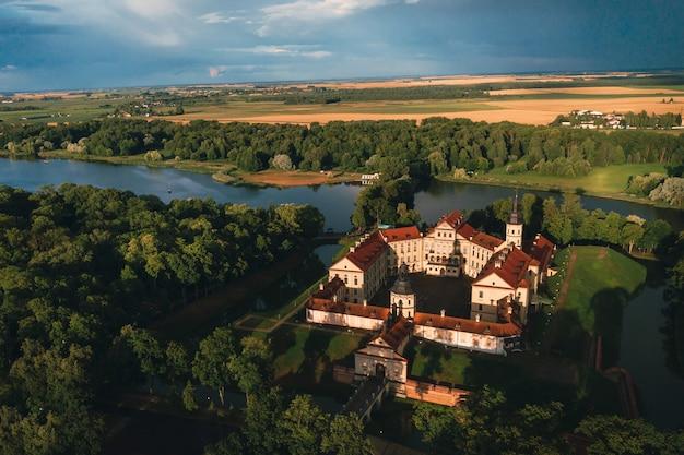 Luchtfoto nesvizh kasteel in herfst avond Premium Foto