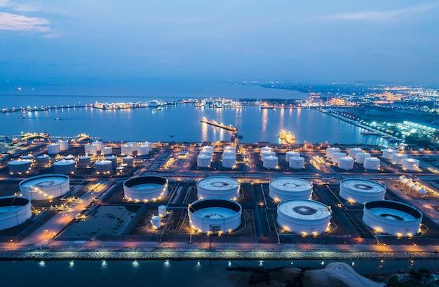 Luchtfoto of bovenaanzicht nachtlampje olie-terminal is industriële faciliteit voor de opslag van olie en petrochemische. Premium Foto