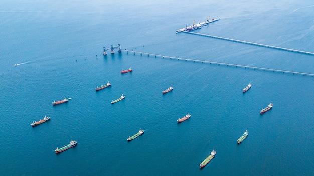 Luchtfoto olietanker schip en gastanker schip laden in de haven. Premium Foto