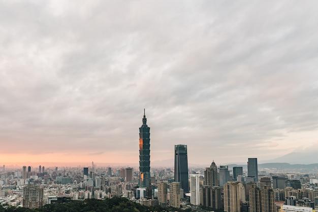Luchtfoto over het centrum van taipei met taipei 101 wolkenkrabber in de schemering. Premium Foto