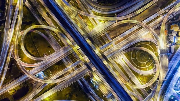 Luchtfoto over ingewikkelde kruispuntweg en uitdrukkelijke manier 's nachts. Premium Foto