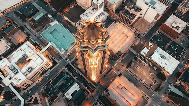 Luchtfoto overhead van moderne architectuur met wolkenkrabbers en andere zakelijke gebouwen Gratis Foto