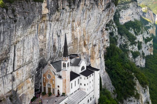 Luchtfoto panoramamening van madonna della corona sanctuary, italië. de kerk gebouwd in de rots. Premium Foto