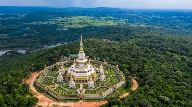 Luchtfoto phra maha chedi chai mongkol of phanamtip-tempel, roi et, thailand. Premium Foto