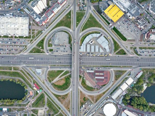 Luchtfoto rijwegen systeem in kiev met veel auto's op de wegen Premium Foto
