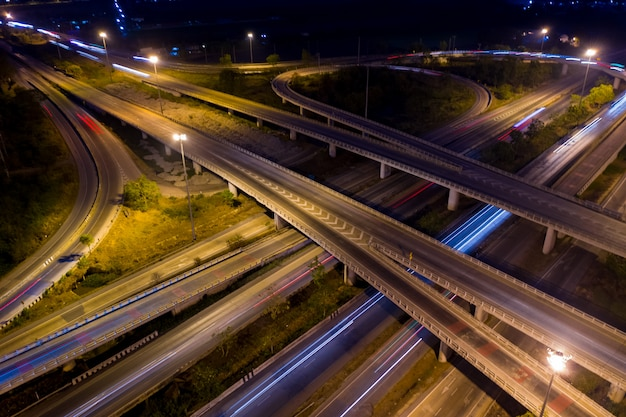 Luchtfoto ringweg en knooppunt verbinden van de stad 's nachts Premium Foto