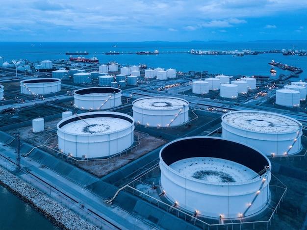 Luchtfoto's van olieraffinaderijen Premium Foto