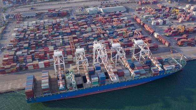 Luchtfoto schot van commerciële haven export en import goederen en duizenden containers in de haven Premium Foto