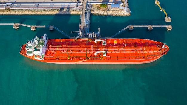 Luchtfoto tanker schip lossen in de haven, business import export olie met tankschip transportolie van raffinaderij op de zee. Premium Foto