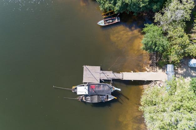 Luchtfoto top down hoge hoek bekijken drone shot van de longtail vissersboten in kanaal. Premium Foto