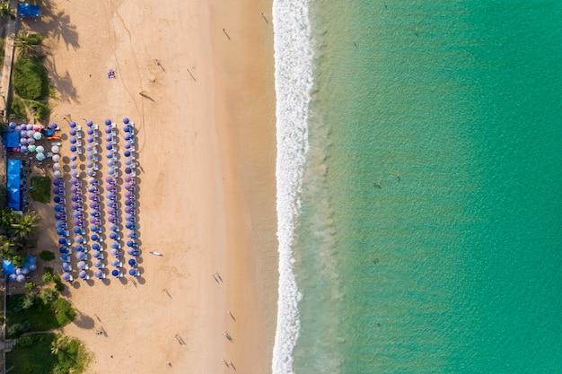 Luchtfoto top down vliegen boven de turquoise oceaan en golven wassen zandstrand Premium Foto