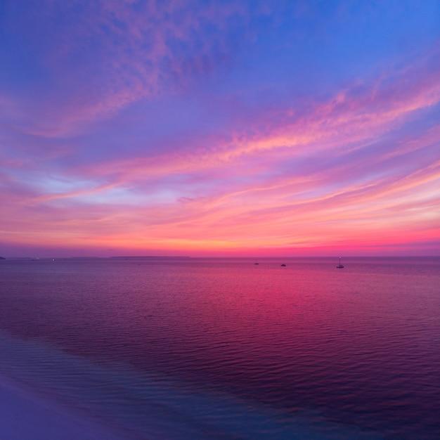 Luchtfoto tropisch strand bij zonsondergang. kei island, indonesië molukken archipel Premium Foto