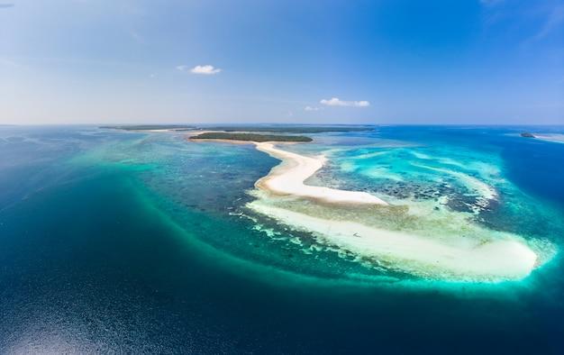 Luchtfoto tropische strand eiland rif caribische zee. witte zandbank snake island, indonesië molukkenarchipel, kei-eilanden, banda sea, reisbestemming Premium Foto