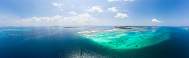 Luchtfoto tropische strand eiland rif caribische zee. witte zandbank snake island, indonesië molukkenarchipel, kei-eilanden Premium Foto