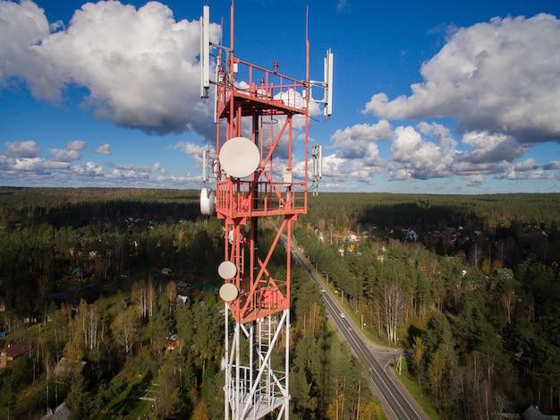 Luchtfoto van antenne telecommunicatie toren meerdere antenne en data-zenders Premium Foto