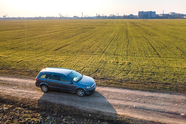 Luchtfoto van auto rijden door rechte grond weg door groen Premium Foto