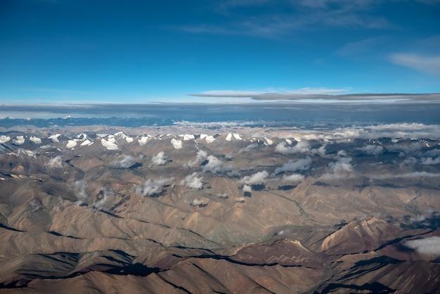 Luchtfoto van bergketen op juli en augustus in leh Premium Foto