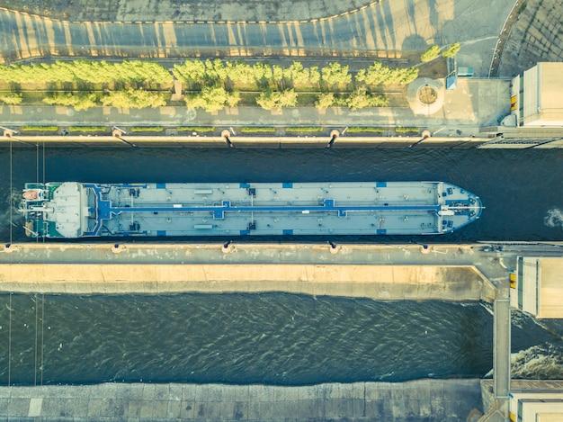 Luchtfoto van binnenschip op de rivier in gateway dock. Premium Foto