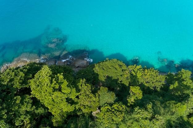 Luchtfoto van de drone shot van tropische zee met groene bomen prachtige kust eiland in phuket, thailand. Premium Foto