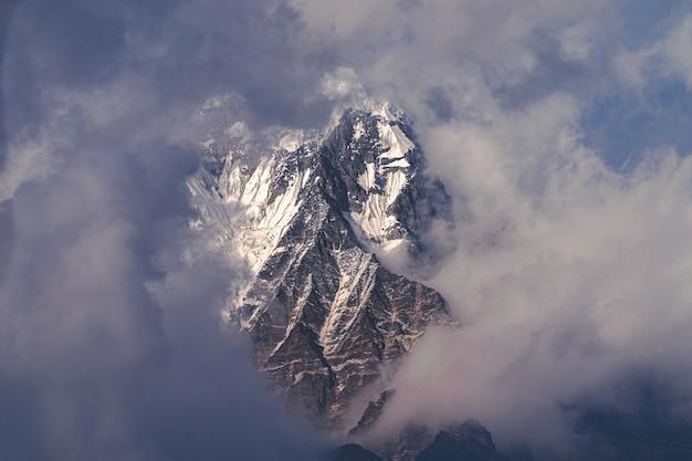 Luchtfoto van de himalaya-berg boven de wolken Gratis Foto
