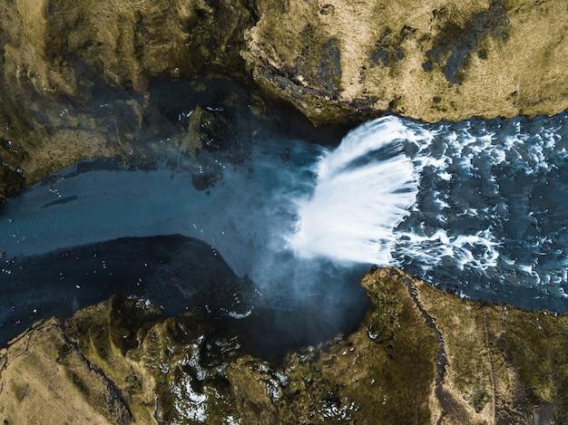 Luchtfoto van de hoge en opvallende haifoss-waterval die naar beneden stroomt in ijsland Gratis Foto