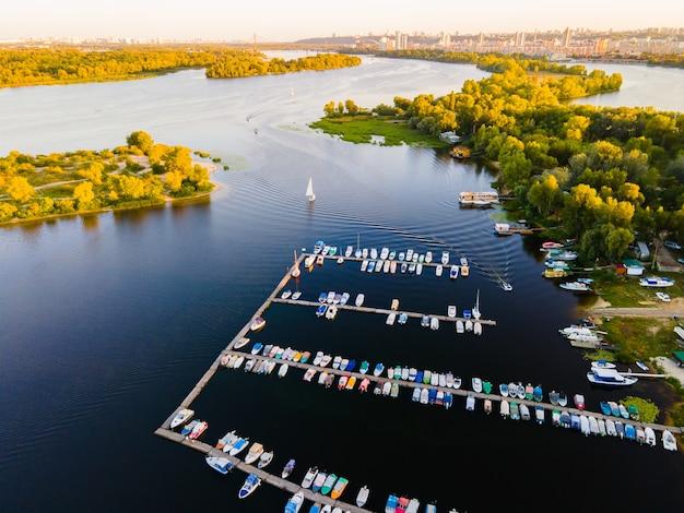 Luchtfoto van de jachthaven voor kleine motorboten en roeiboten Premium Foto