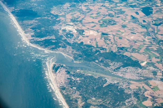 Luchtfoto van de monding van de rivier de somme en abbeville, frankrijk Gratis Foto