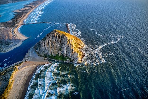Luchtfoto van de morro rock in californië bij zonsondergang Gratis Foto
