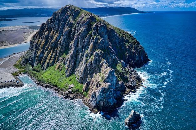 Luchtfoto van de morro rock in californië 's middags Gratis Foto