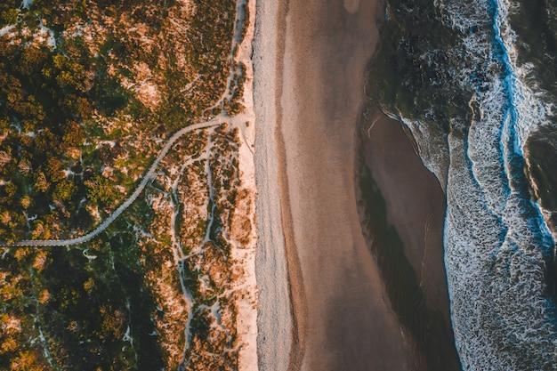 Luchtfoto van de prachtige kustlijn met een zandstrand Gratis Foto