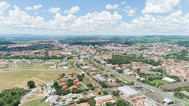 Luchtfoto van de stad mococa, sao paulo / brazilië. Premium Foto