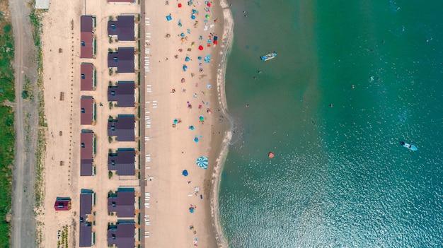 Luchtfoto van de zon stijgt boven zee. Premium Foto