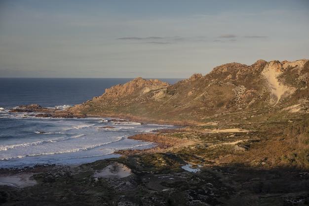 Luchtfoto van death coast in galicië, spanje onder heldere hemel Gratis Foto
