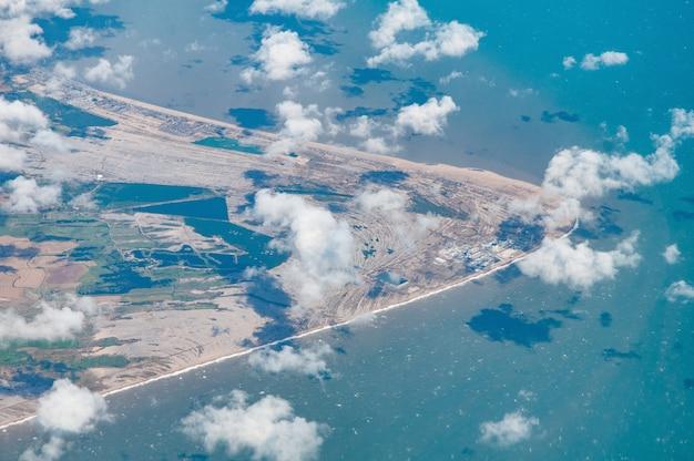 Luchtfoto van dungeness inclusief lydd en het natuurreservaat, kent, vk Gratis Foto