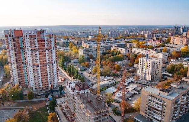 Luchtfoto van een grote zich ontwikkelende europese stad met hoogbouw, wegen en nieuwe gebouwen Premium Foto