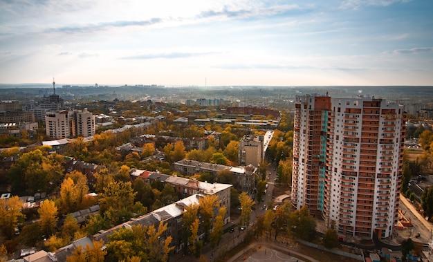 Luchtfoto van een grote zich ontwikkelende europese stad met hoogbouw, wegen en nieuwe gebouwen. Premium Foto