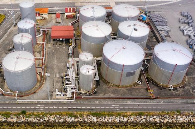 Luchtfoto van een industriële tanks voor brandstof in een zeehaven, schieten vanuit een drone Premium Foto