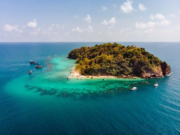 Luchtfoto van een klein groen eiland in het midden van de oceaan Gratis Foto