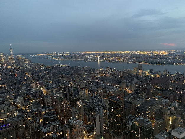 Luchtfoto van een megapolis met verlichte hoge gebouwen Gratis Foto