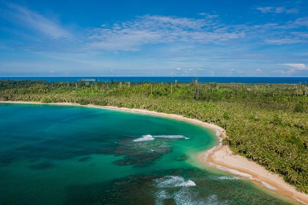 Luchtfoto van een prachtig tropisch strand met wit zand en turkoois helder water in indonesië Gratis Foto
