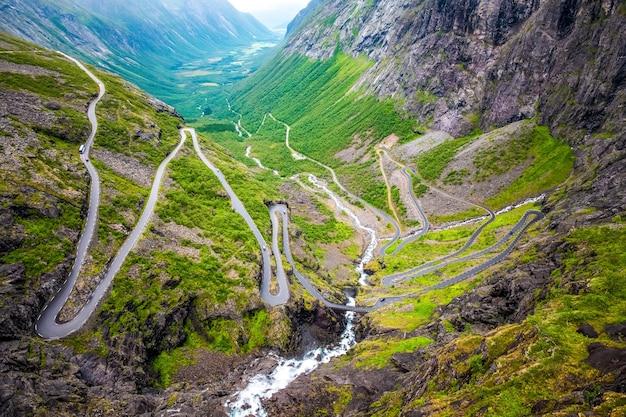 Luchtfoto van een provinciale weg die door een bos in chalkidiki gaat Premium Foto
