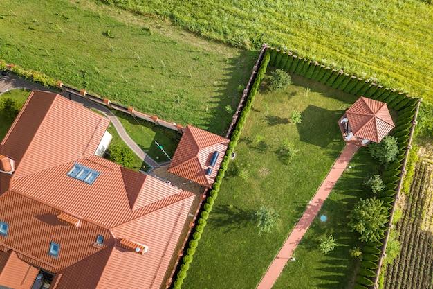 Luchtfoto van een residentieel nieuw huis. Premium Foto