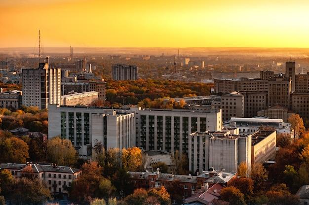 Luchtfoto van een stad met hoogbouw Premium Foto