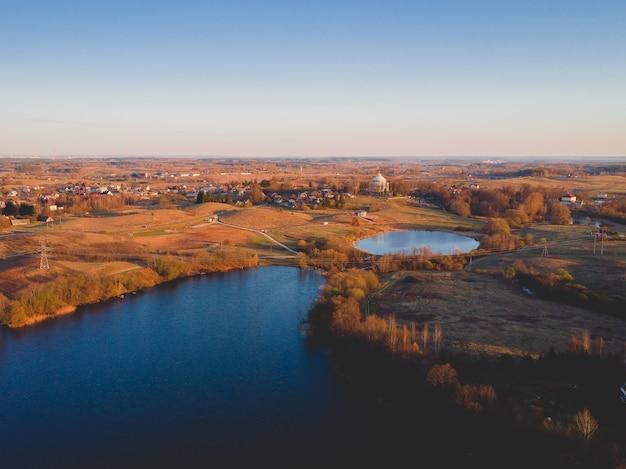 Luchtfoto van een stad met meren in de herfst in de vs. Gratis Foto
